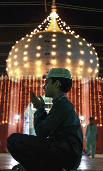 Um menino reza numa mesquita durante o sagrado mês de jejum do Ramadão, em Karachi, Paquistão, 16 de maio de 2018. Os muçulmanos de todo o mundo comemoram o mês sagrado do Ramadão orando durante a noite e abstendo-se de comer, beber e atos sexuais entre o nascer e o pôr do sol. O Ramadão é o nono mês do calendário islâmico e acredita-se que a revelação do primeiro verso do Alcorão foi durante as últimas 10 noites. EPA / SHAHZAIB AKBER.