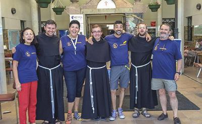 Durante os meses de Verão, frades provenientes de várias nações, prestam aqui serviço num dos maiores e mais frequentados albergues ao longo do caminho francês de Santiago (St. Nicolas de Flue).