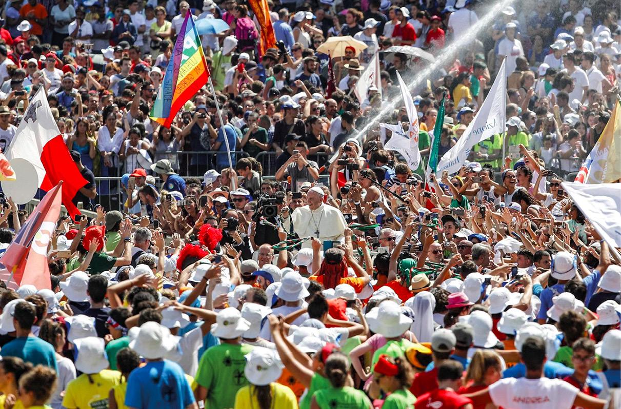 Papa Francisco saúda jovens na praça de São Pedro, Cidade do Vaticano, 12 de agosto de 2018. EPA / GIUSEPPE LAMI
