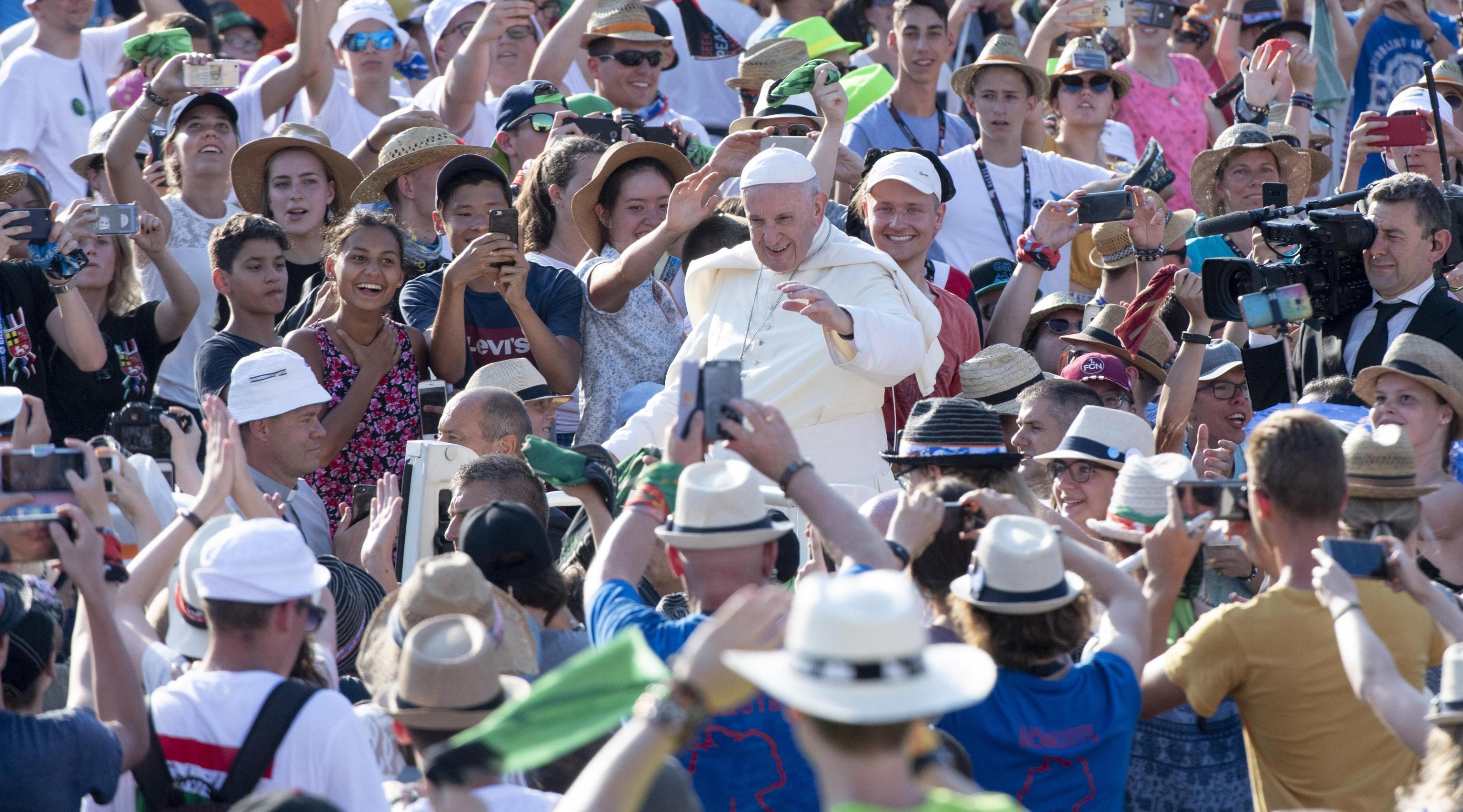 O Papa Francisco saúda os participantes na Peregrinação Internacional dos Acólitos, na Praça de S. Pedro do Vaticano, 31 Julho 2018. EPA/CLAUDIO PERI
