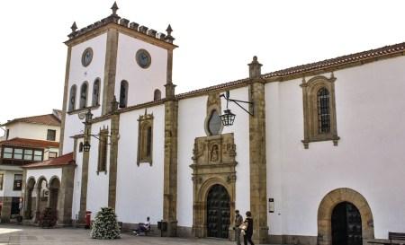 """Igreja primacial da diocese, em Bragança. Em Bragança, a igreja de um convento destinado a irmãs clarissas, mas que acabou a ser depois entregue aos jesuítas, foi mais tarde a """"igreja primacial da diocese"""". A catedral continuava a ser a de Miranda! Só em 2001, houve Catedral em Bragança."""