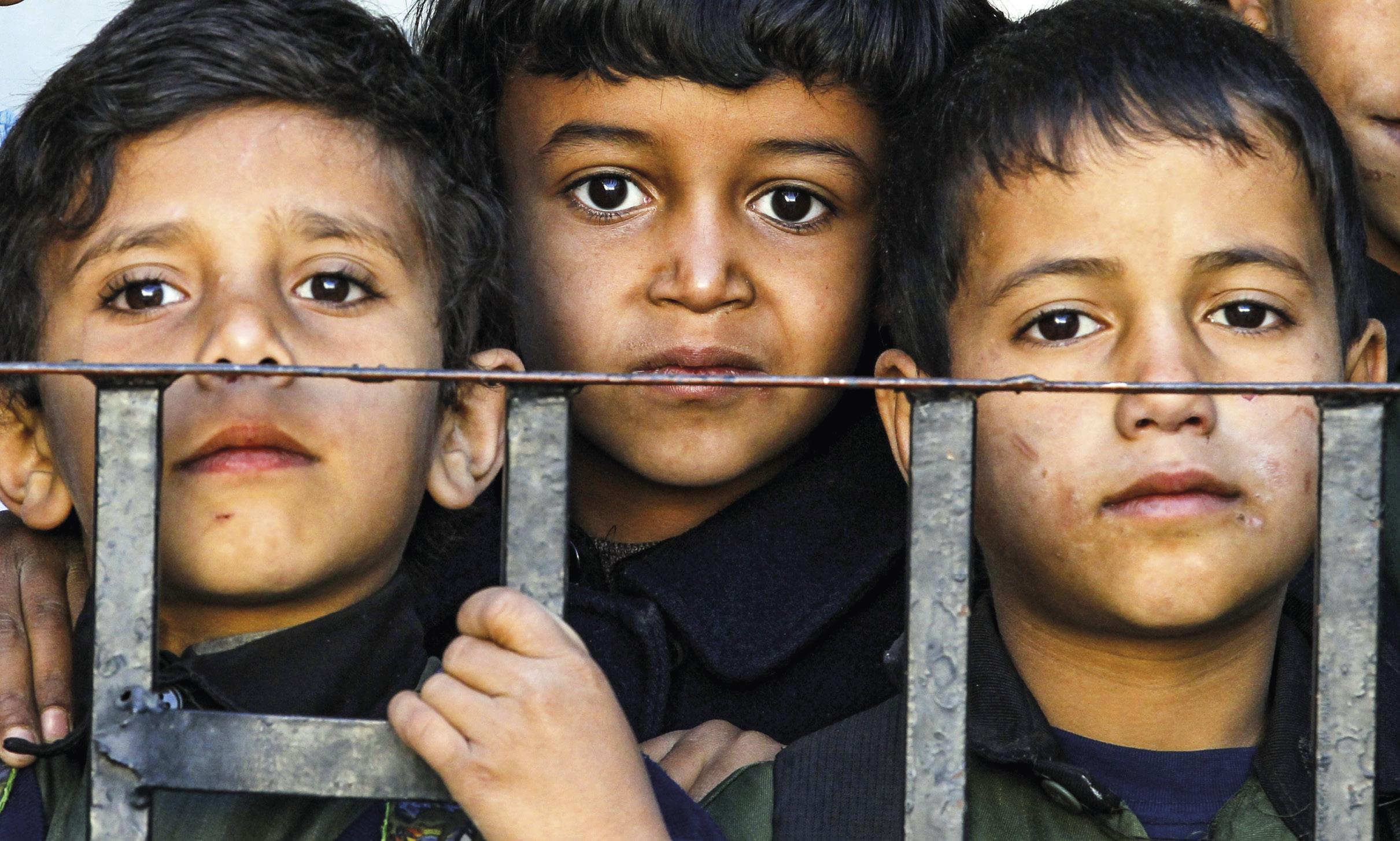 Crianças do Iémen. Desde que o conflito se iniciou, em 2015, que mais de 2 milhões de crianças estão impedidas de frequentar a escola. EPA / YAHYA ARHAB.