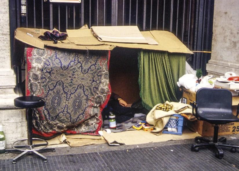 Sem abrigo em casa de cartão, nas ruas de Roma. Foto de Andrea Panegrossi.