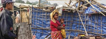 Mulher Rohingya com o seu filho, uma entre os mais de 650.000 refugiados escorraçados de Myanmar. Foto EPA/NYUNT WIN