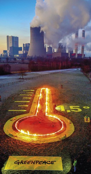 Instalação simbólica de um termómetro frente à central elétrica a carvão de Niederaussem, em Bergheim, Alemanha. O carvão é a maior fonte de dióxido de carbono da Europa. EPA / SASCHA STEINBACH