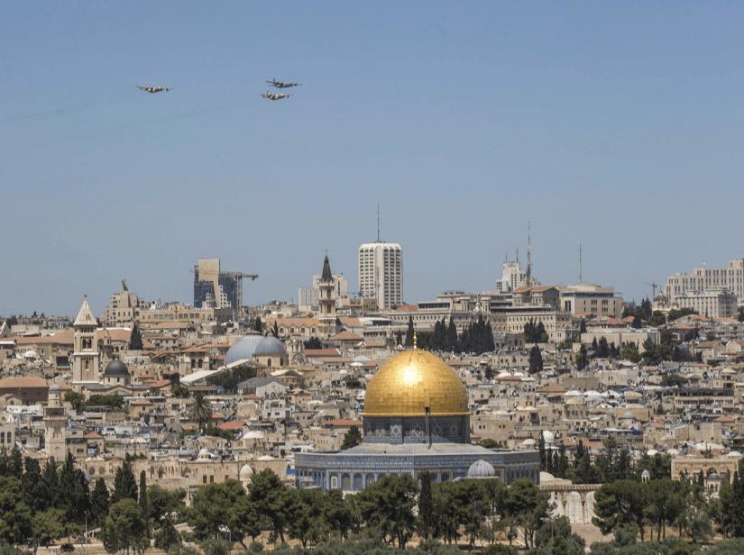 Aviões militares sobrevoam a Cidade Velha de Jerusalém. Foto EPA/ATEF SAFADI.