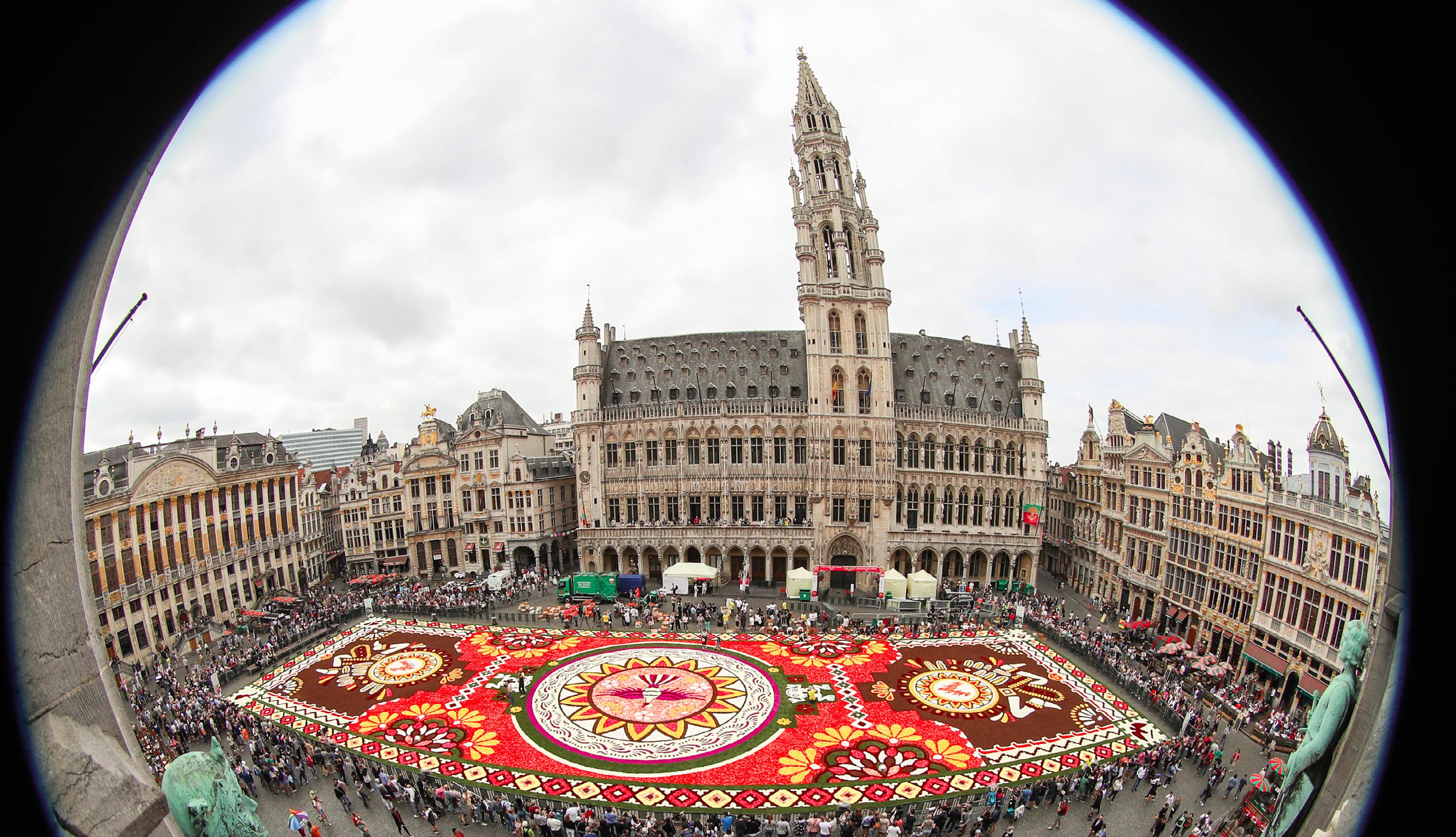 Tapete de flores com 1 800 metros quadrados, feito com mais de 500 000 dálias e begônias, na Grand Place, em Bruxelas, Bélgica, 16 de agosto de 2018. EPA / OLIVIER HOSLET.