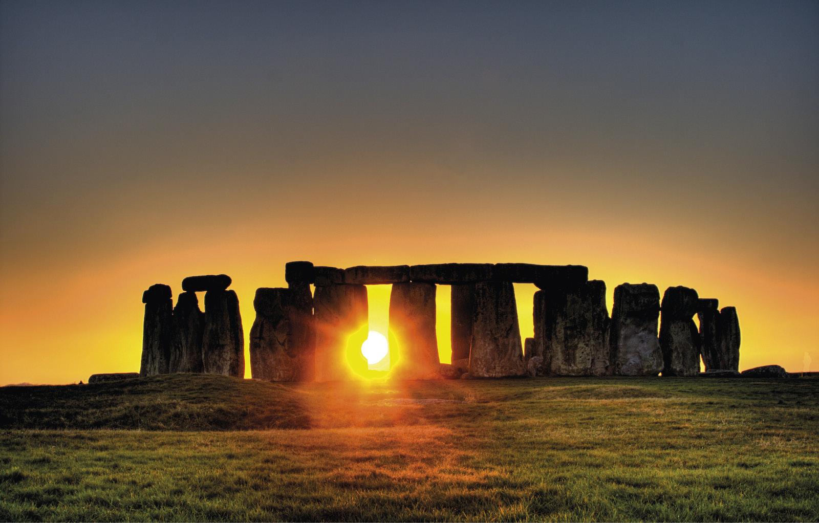 Nascer do sol, no solstício de inverno, em Stonehenge. Stonehenge é uma estrutura formada por círculos concêntricos de pedras, que chegam a ter 5 m de altura e a pesar quase 50 toneladas, existente desde 3100 a.C.. As teorias atuais a respeito da finalidade de Stonehenge sugerem o uso simultâneo para observações astronómicas e funções religiosas. Em Portugal, existe uma estrutura semelhante, perto de èvora, o cromeleque dos Almendres.