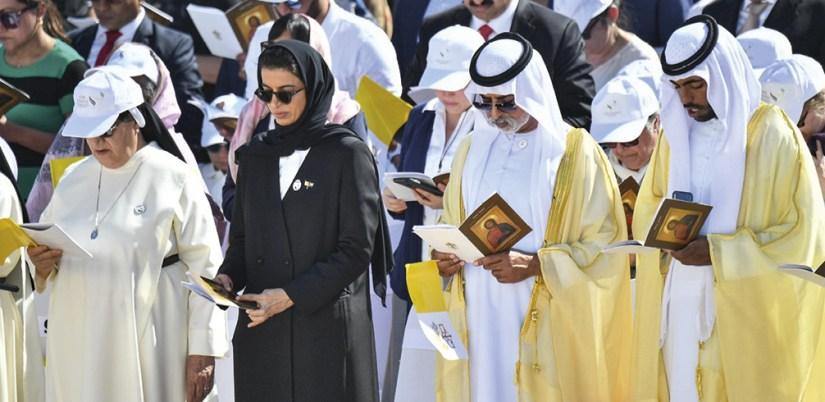 Esperando a chegada do Papa Francisco para a missa no Zayed Sport City Stadium, em Abu Dhabi, Emirados Árabes Unidos, 5 fevereiro 2019. EPA / LUCA ZENNARO.