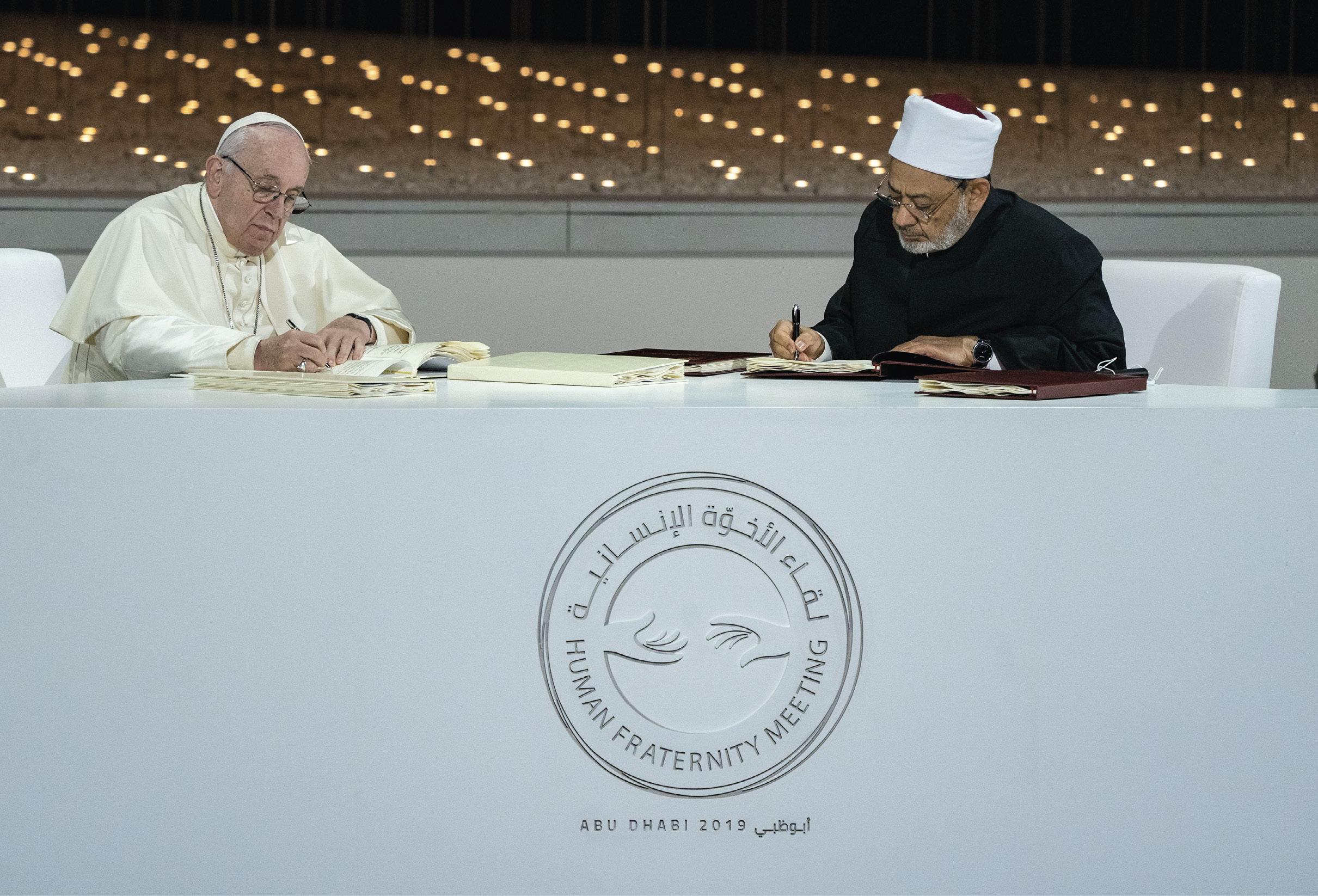 O Papa Francisco e Ahmad Al Tayyeb, Grande Imã do Al Azhar Al Sharif, assinam o 'Documento da Fraternidade Humana', durante o Encontro da Fraternidade Humana, no The Founders Memorial, em Abu Dhabi, Emirados Árabes Unidos. Foto Hamad Al Mansoori / Ministry of Presidential Affairs.