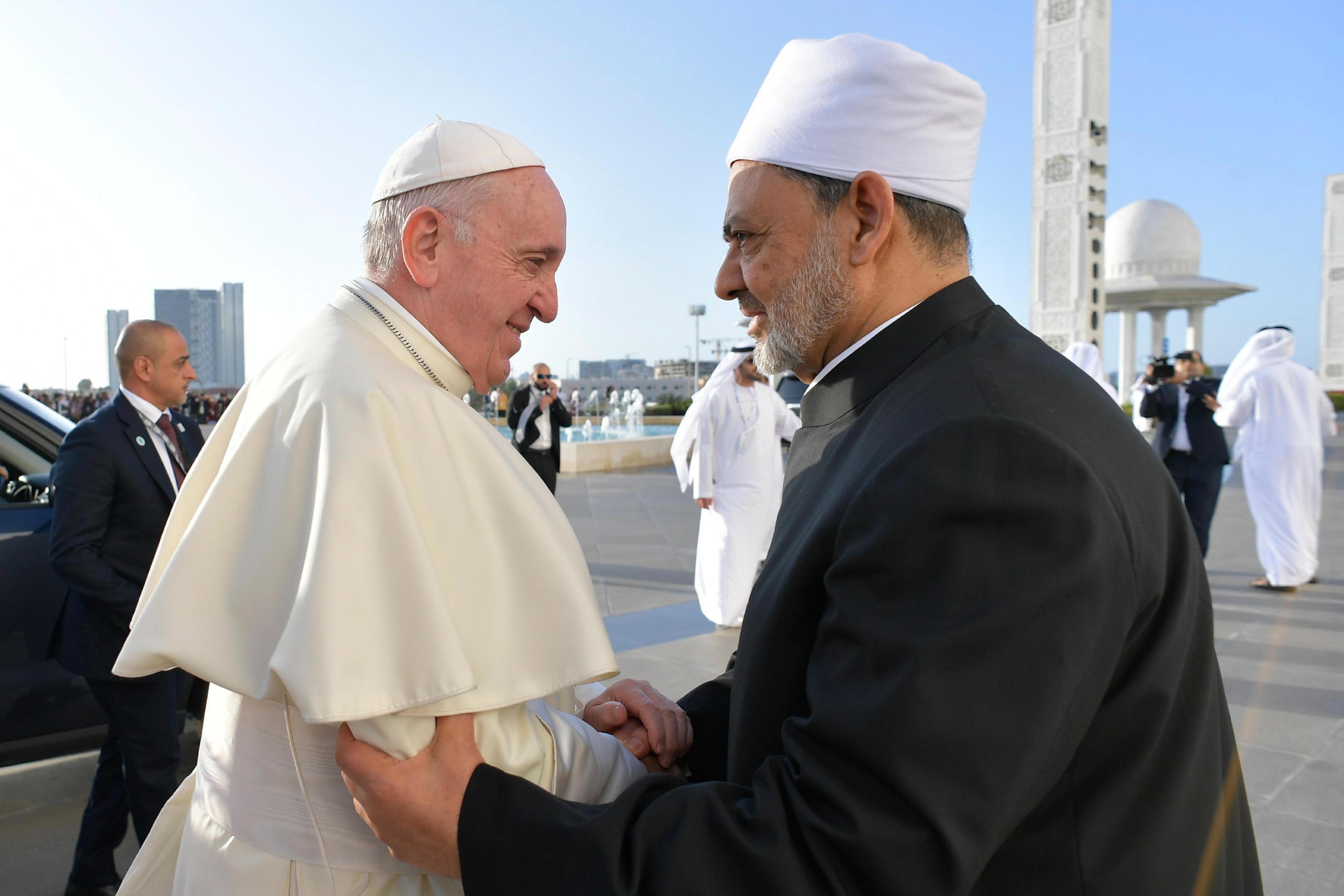 O Papa Francisco aperta a mão do grão-xeque Ahmed al-Tayeb, chefe da Al-Azhar, a principal instituição islâmica do mundo sunita, à chegada para uma reunião com os membros do Conselho Muçulmano de Anciãos na Grande Mesquita do Xeque Zayed, em Abu Dhabi, Emirados Árabes Unidos, 04 de fevereiro de 2019. EPA / VATICANO.
