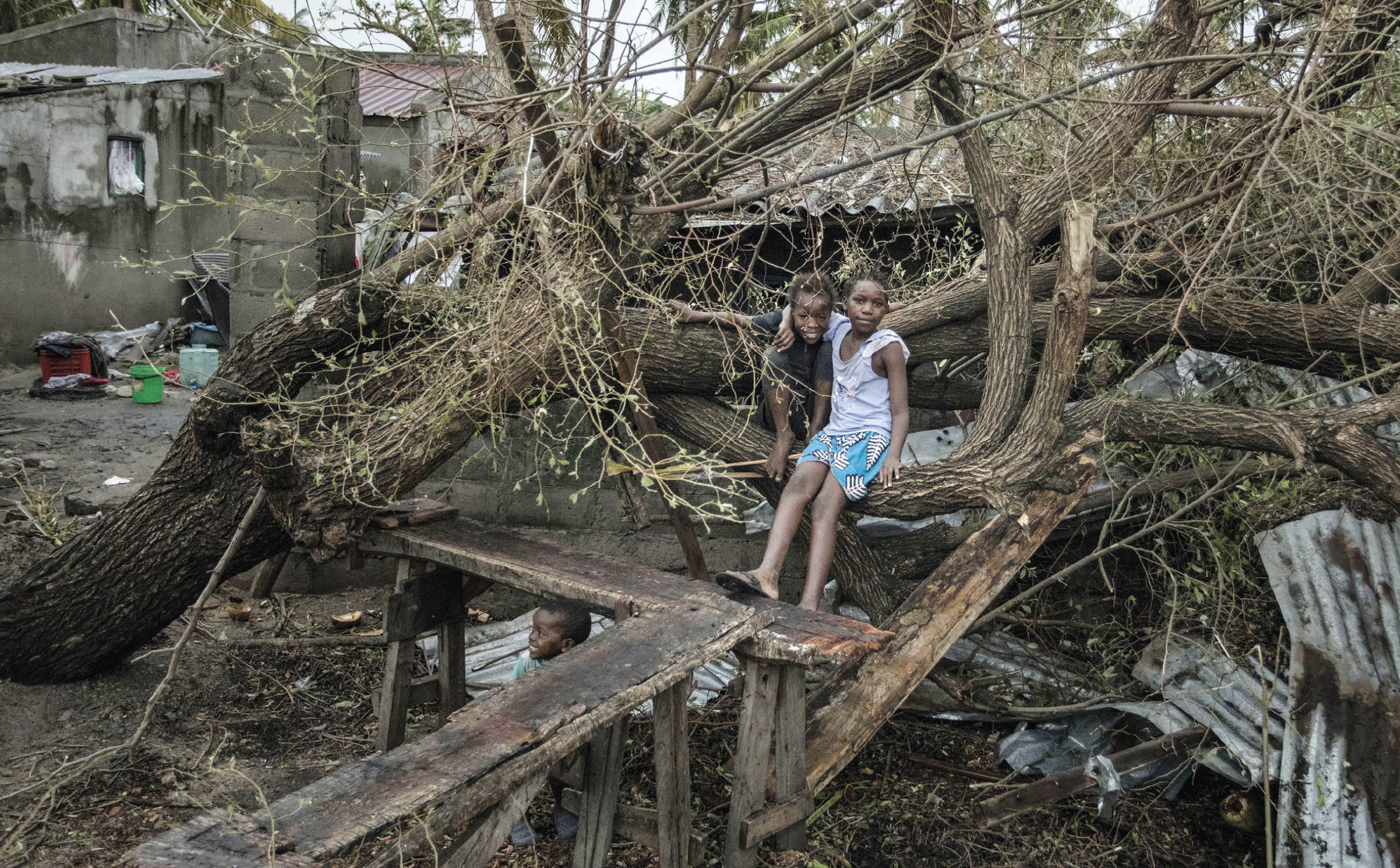 Crianças sentadas entre os escombros, após a passagem do ciclone Idai, na Província de Sofala, Moçambique Central, 16 de março de 2019. EPA / JOSH ESTEY / CARE / WWW.CARE.DE
