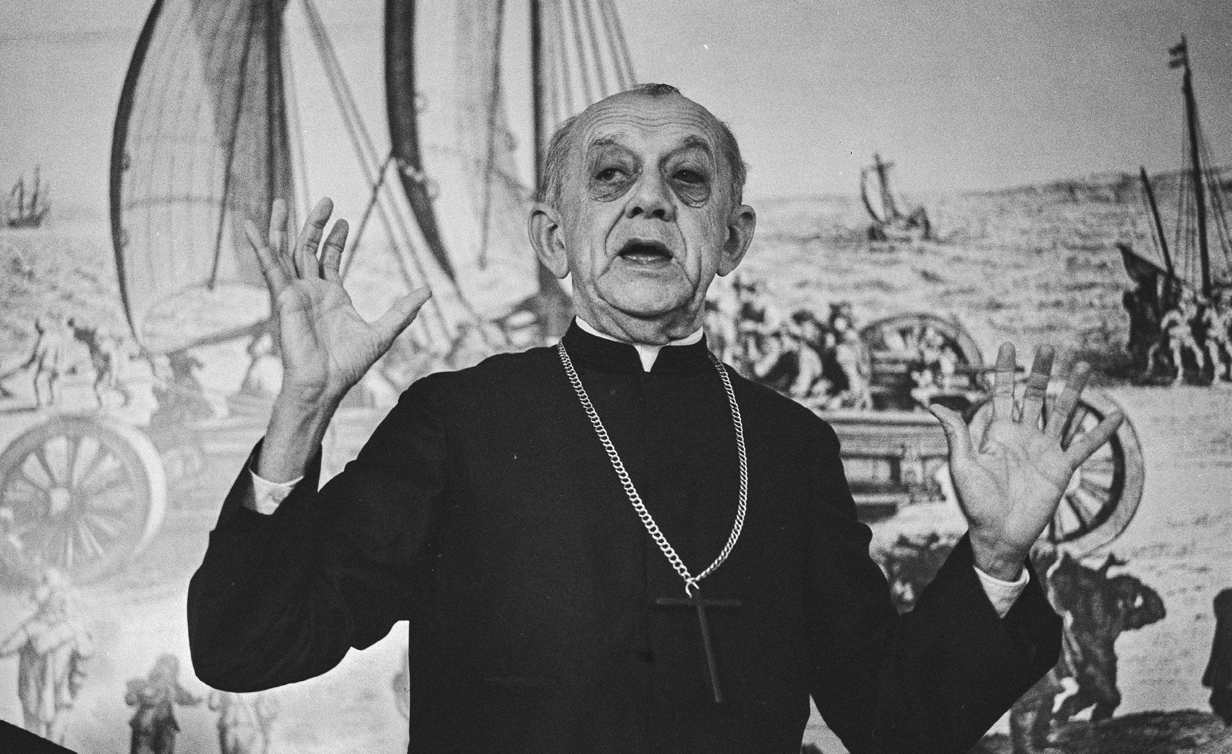 D. Hélder Câmara (1909-1999) foi um dos fundadores da Conferência Nacional dos Bispos do Brasil e grande defensor dos direitos humanos durante a ditadura militar no Brasil. Pregava uma Igreja simples, voltada para os pobres e a não-violência. Encontro Solidariedade, em Haia, 1978. Foto Suyk, Koen / Anefo / Wikimedia Commons.