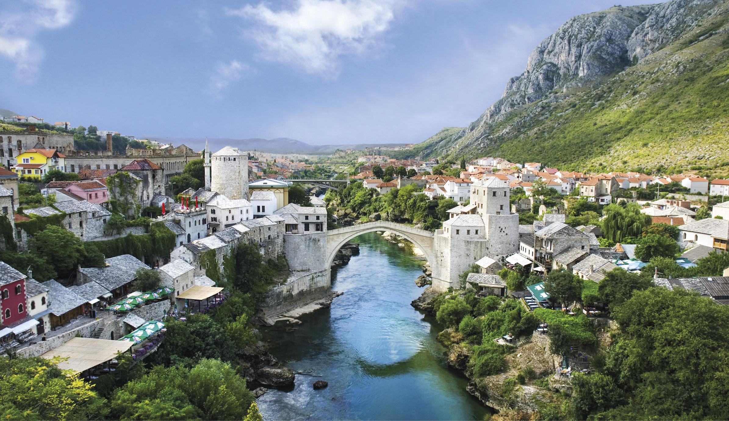 Ponte de Mostar (Bósnia-Herzegovina) que, desde o século XVI, unia as comunidades cristã e muçulmana da cidade, destruída durante a guerra civil da antiga Jugoslávia, em 1993.