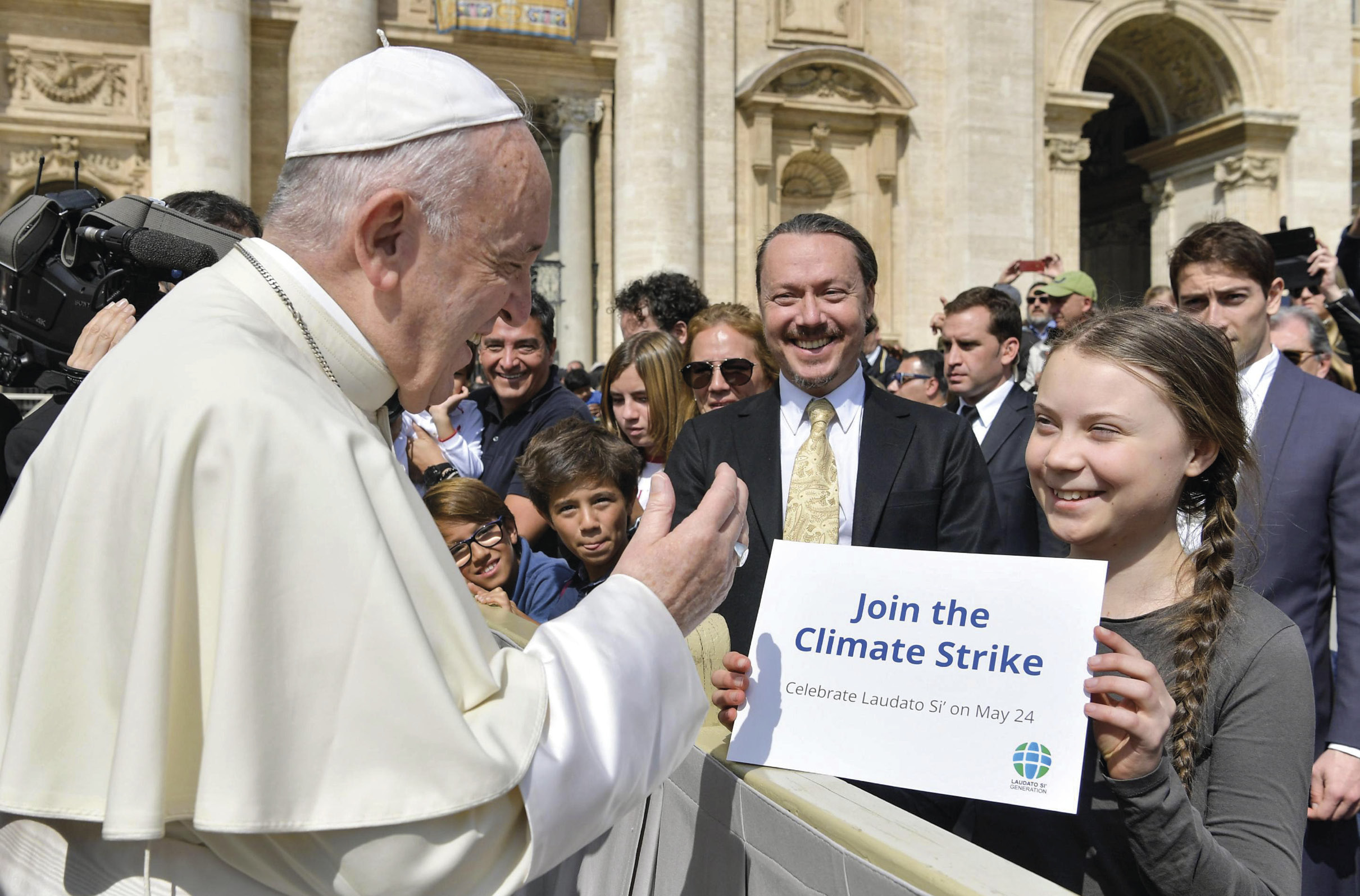 O Papa Francisco saúda a estudante sueca Greta Thunberg que o convida a associar-se à greve estudantil pelo clima, a 24 de maio. EPA/Vatican Media.