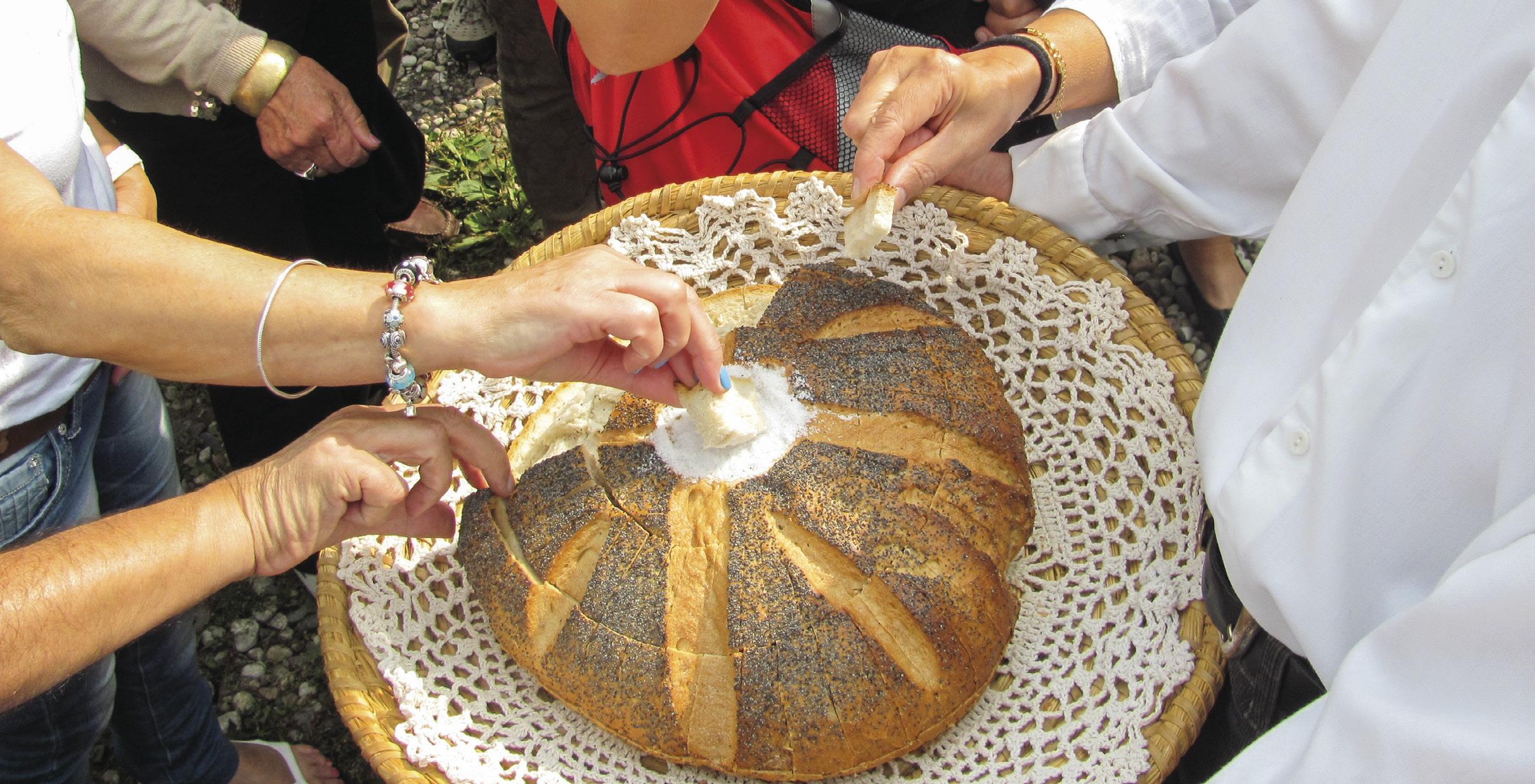 Hospitalidade polaca traduzida no rito de receber os convidados oferecendo pão e sal. Foto MSA.