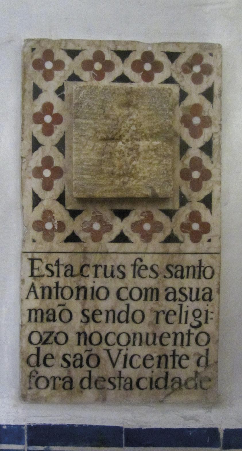 """Convento de São Pedro de Alcântara, Lisboa: """"Esta crus fes santo Antonio com a sua mão sendo religiozo no conuento de são Vicente d fora desta cidade""""."""