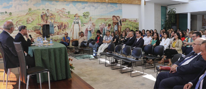 D. Luís António Tagle, arcebispo de Manila, com o bispo de Coimbra, D. Virgílio Antunes, na Caritas de Coimbra. Foto Carlos Neves / Correio de Coimbra.