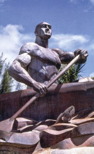 Estátua do lendário chefe Gadao, na baía de Inarajan, ilha de Guam (que Fernão de Magalhães chamou de Ilha dos Ladrões), https://www.visitguam.com/.