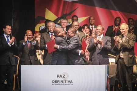 O presidente de Moçambique, Filipe Nyusi (Esq) e o líder da Renamo, Ossufo Momade (Dta) assinam um acordo para cessar as hostilidades, Maputo, Moçambique, 06 de agosto 2019. Foto EPA / José António.