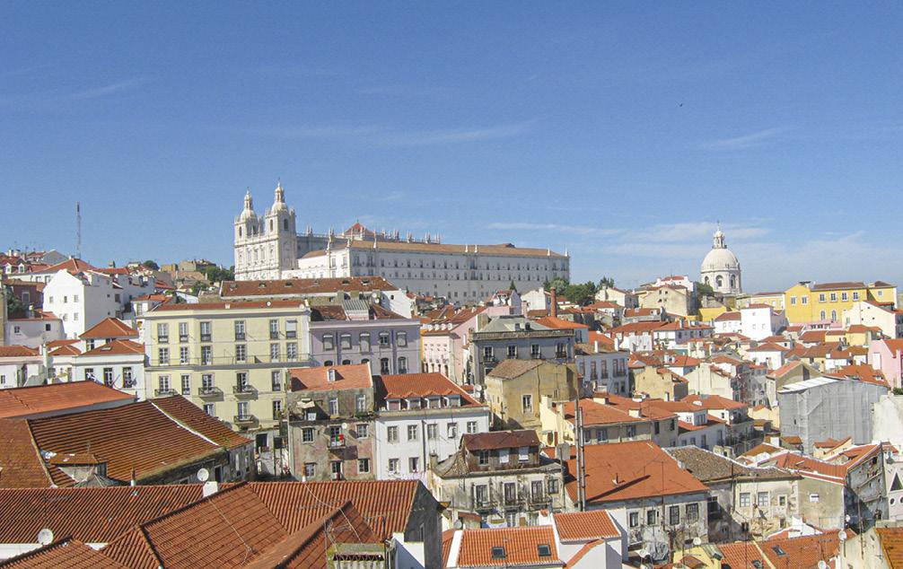 Lisboa: vista da Igreja de Santo António, Sé Catedral, bairro de Alfama e Mosteiro de São Vicente de Fora ao fundo. Foto © Marc Gulbenkian.