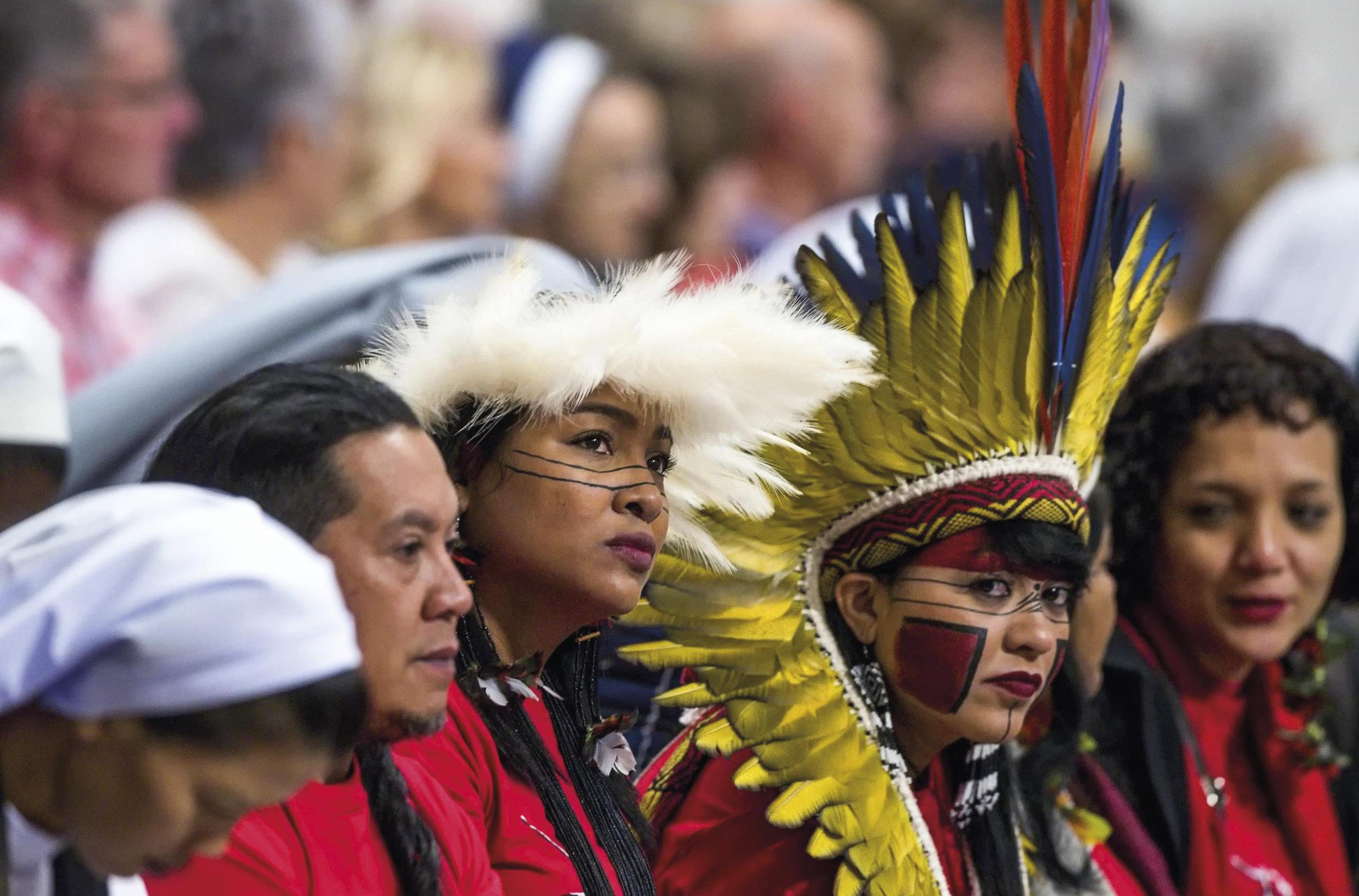 Participantes do Sínodo da Amazónia, na Missa celebrada pelo Papa Francisco, no Dia Mundial Missionário, Basílica de São Pedro, Cidade do Vaticano, 20 de outubro de 2019. EPA / ANGELO CARCONI