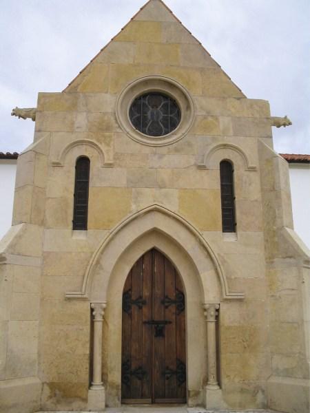 Convento/Igreja de Santo António dos Olivais, Coimbra: Exterior da capela de Santo António, edificada no sec. XIX, no local onde teria sido a cela do Santo. Foto MSA.