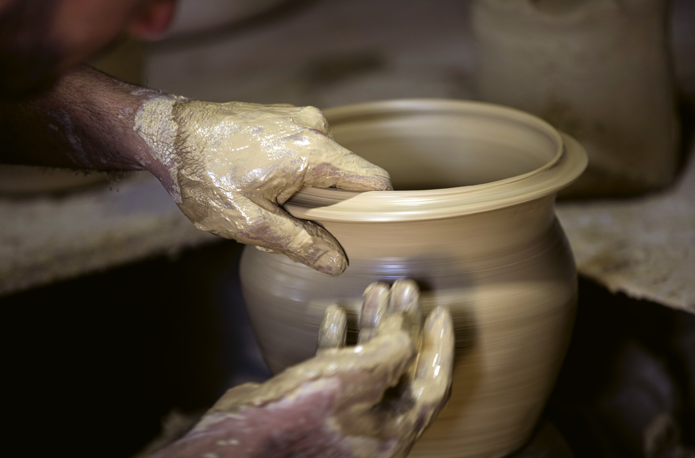 Fábrica de cerâmica nos arredores de Amã, Jordânia, retoma o fabrico após as restrições impostas pela COVID-19. Foto EPA/Andre Pain.