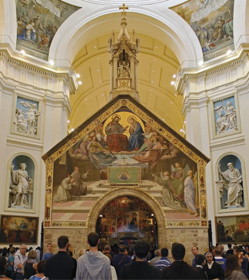 Porciúncula, a pequena igrejinha reconstruída por São Francisco e que hoje está no interior da Basílica de Santa Maria dos Anjos, em Assis. FOTO de Alekjds | Wikimedia Commons.