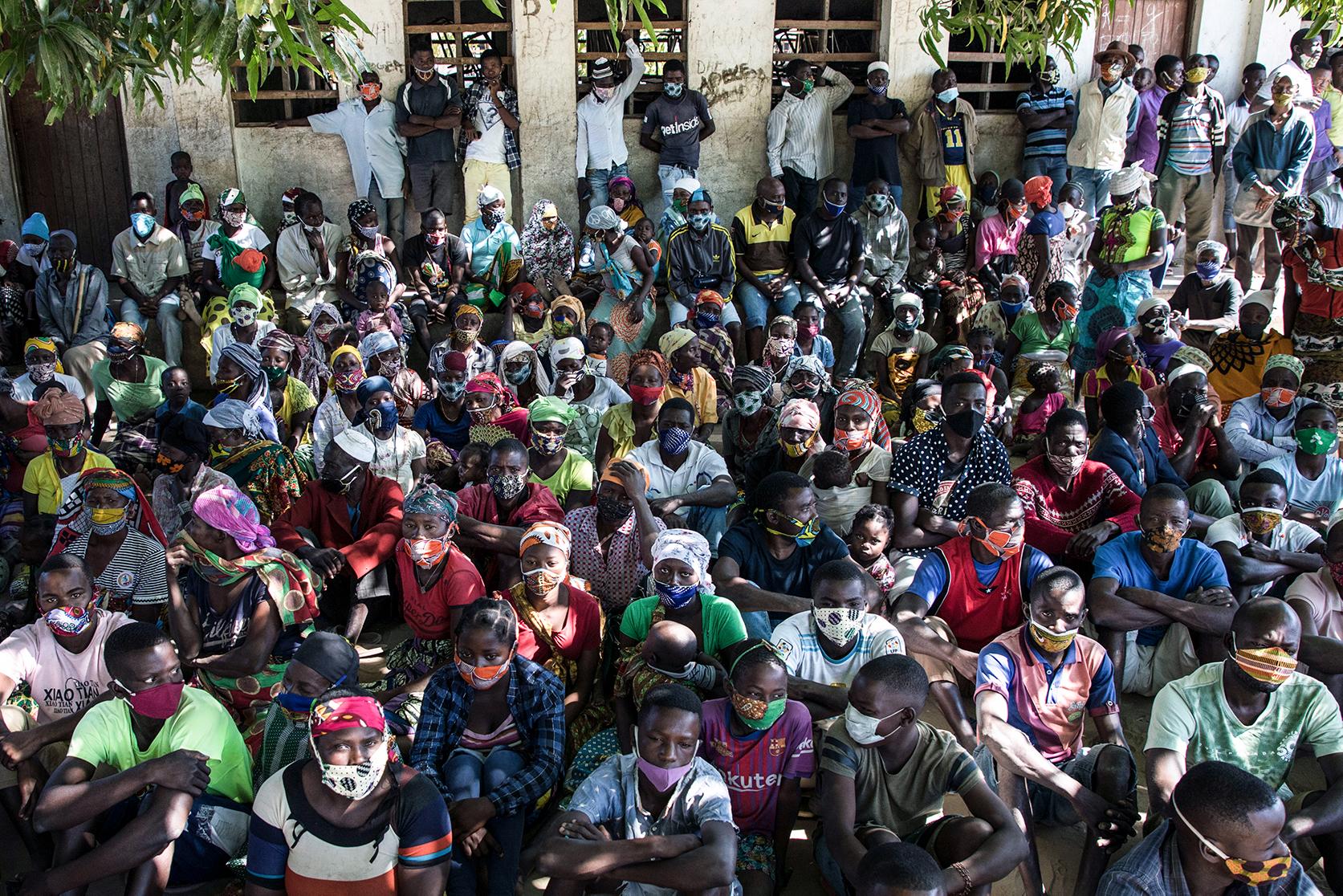 """Deslocados da violência armada em Cabo Delgado reunidos no campo de deslocados de Manono, Metuge, Moçambique 22 de julho de 2020. """"Não é impossível"""" cumprir as medidas nestes campos, diz Daniel Timme, chefe de comunicação do Fundo das Nações Unidas para a Infância (UNICEF), """"mas é um processo educacional"""". (ACOMPANHA TEXTO DE 26 DE JULHO DE 2020). RICARDO FRANCO/LUSA"""