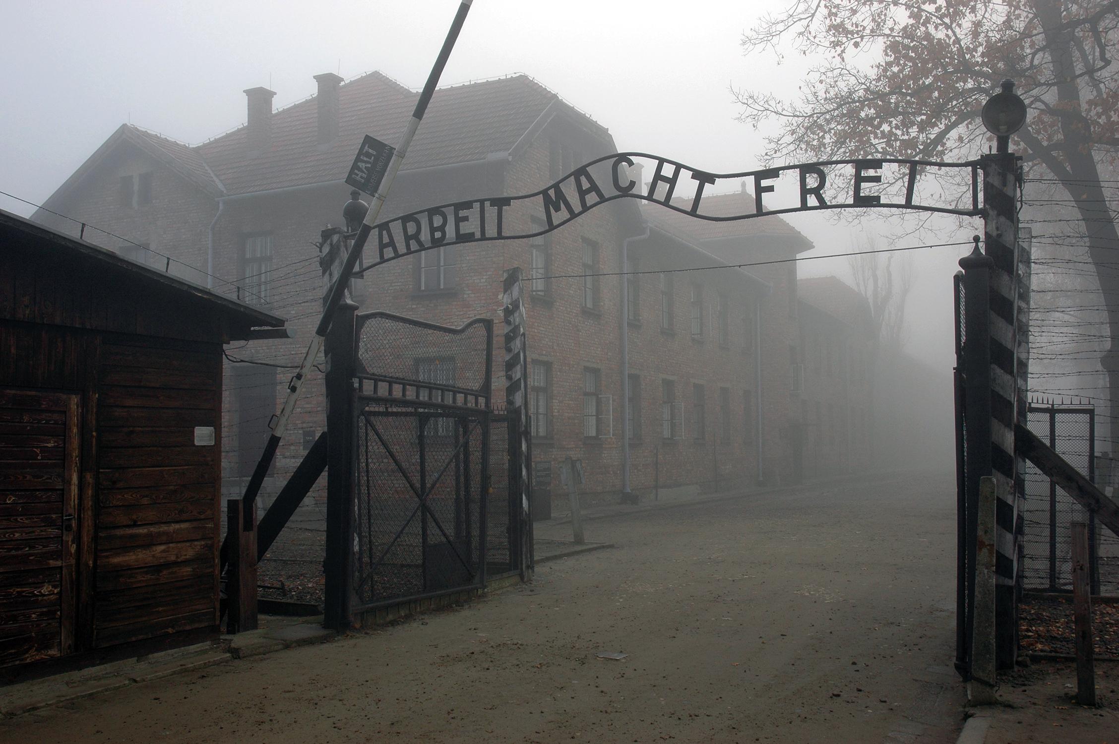 """Portão principal de Auschwitz I, onde se lê a frase """"Arbeit macht frei"""" (""""o trabalho liberta"""")"""