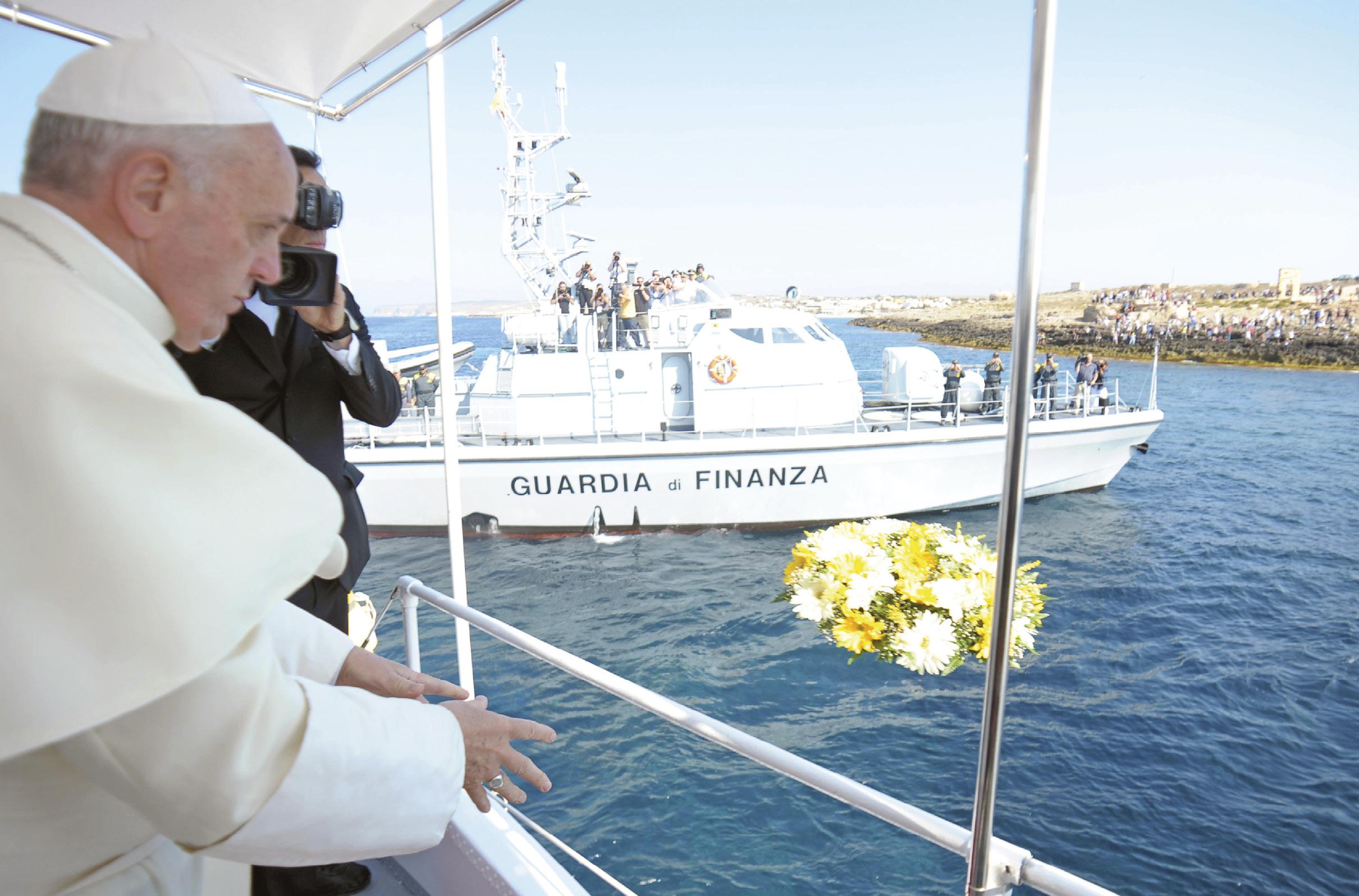 Papa Francisco, no início do seu pontificado, desloca-se a Lampedusa para lembrar e rezar pelos refugiados mortos ao atravessar o Mediterrâneo, agosto 2013. Foto: SIR.