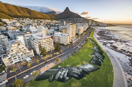 """Projeto de arte na paisagem Beyond Walls """"Além das paredes"""", do artista Saype que promove os valores da união, gentileza e abertura para o mundo. Cidade do Cabo, África do Sul , 19 JAN 2021. Foto: EPA / Valentin Flauraud para Saype."""
