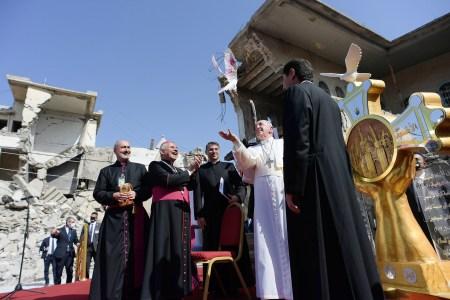 Papa Francisco lança uma pomba branca junto das ruínas da Igreja Católica Siríaca da Imaculada Conceição
