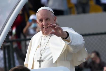 O Papa Francisco cumprimenta os fiéis ao chegar para uma missa no Estádio de Erbil, Erbil, região do Curdistão do Iraque, 7 de março de 2021. EPA/GAILAN HAJI