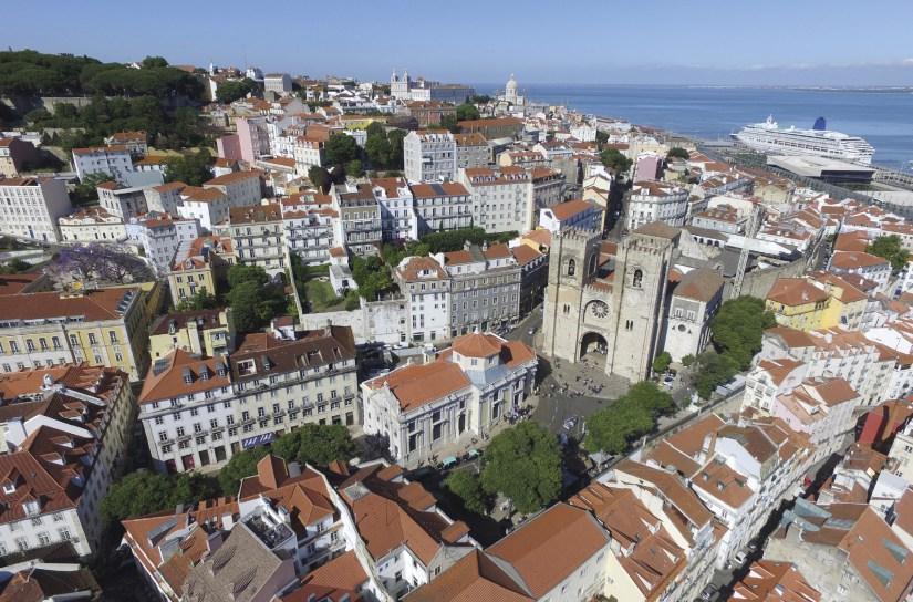 Lisboa – vista da Igreja de Santo António, Sé Catedral, bairro de Alfama e Mosteiro de São Vicente de Fora ao fundo. Foto Marc Gulbenkian.
