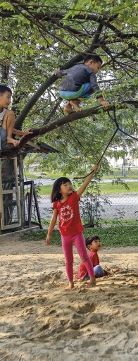 Crianças brincando, na escola Waldorf Kelip, Shah Alam, Kuala Lumpur, Malásia, Foto 2019 EPA/AHMAD YUSNI