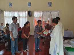 Pemberian penghargaan kepada Bpk. Alfonsus Jumari selaku donatur tanah gereja, yang diterimakan oleh putra dan putrinya.