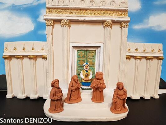 Anne, Siméon, Marie, Joseph, Jésus et le Grand Prêtre devant la façade du Grand Temple de Jérusalem