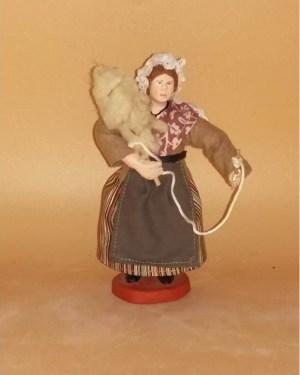 Femme fileuse de laine santons de provence