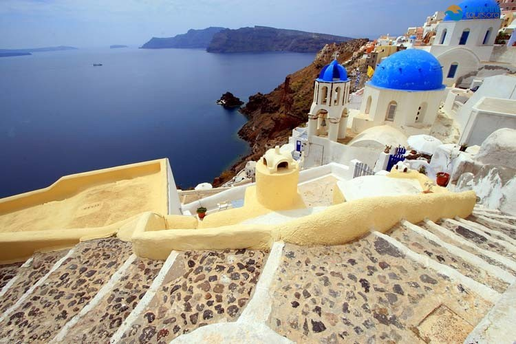 the-amazing-stairs-of-santorini-2
