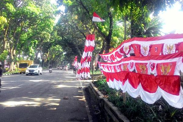 Suasana Jalan Pajajaran menjelang Hari Kemerdekaan Republik Indonesia