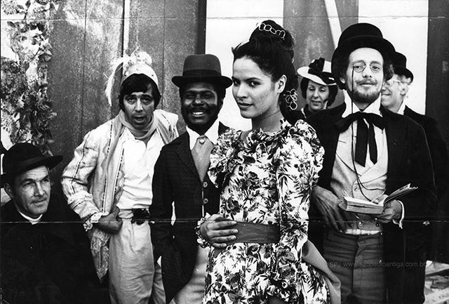 No centro da foto, a atriz Célia Helena, interpretando Severina Borges (clique para ampliar).