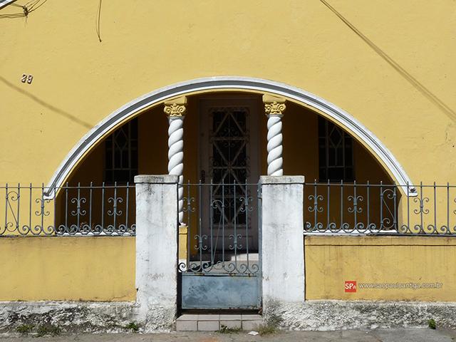 Detalhe da entrada da residência (clique na foto para ampliar).