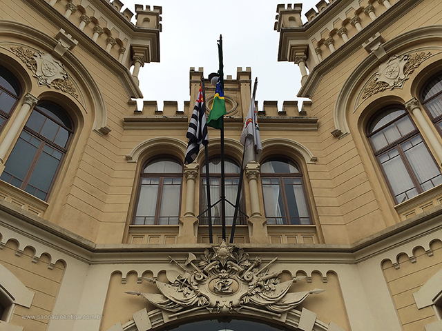 Detalha da fachada (clique na foto para ampliar).