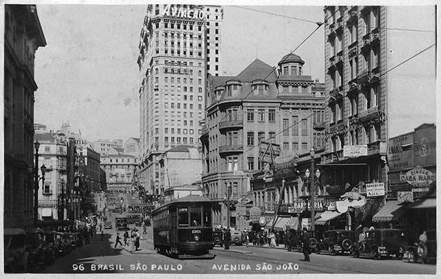 Avenida São João década de 30, a Delegacia Fiscal aparece à direita (clique na foto para ampliar)