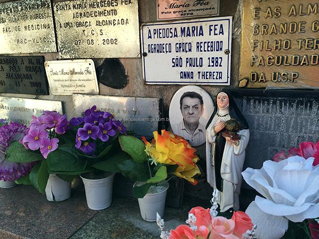 Placas de graças alcançadas no túmulo de Maria Fea (clique para ampliar)
