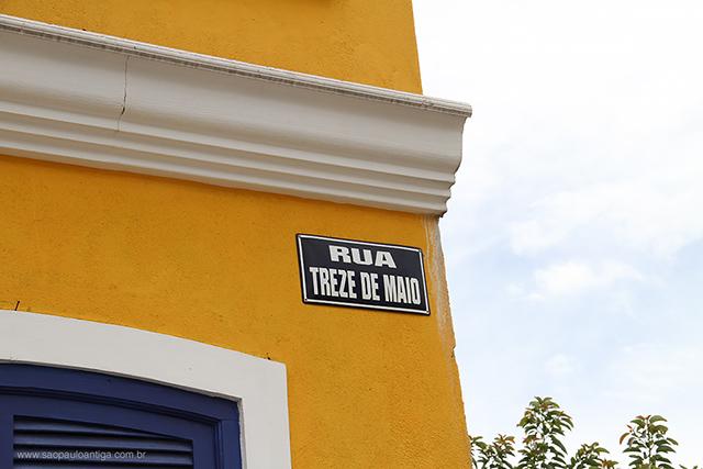A placa de identificação da rua