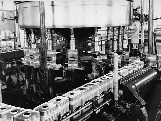 Linha industrial do óleo marca Salada em 1964 (clique para ampliar)