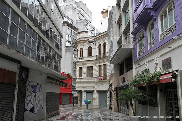 O edifício visto do início da rua José Bonifácio (clique para ampliar)